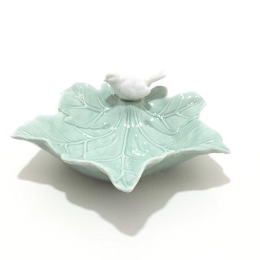 Enfeite de Porcelana Folha Verde com Pássaro